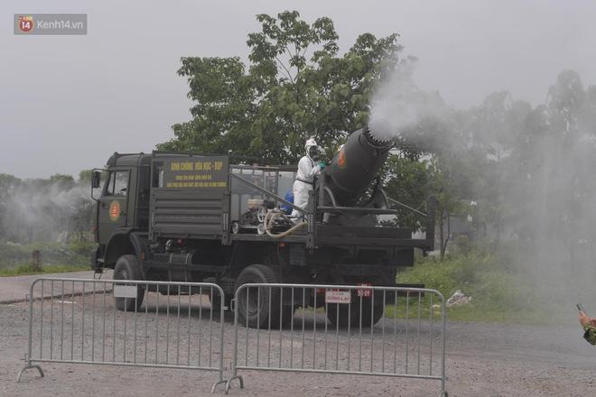 Ảnh: Quân đội tổng lực phun khử khuẩn, tiêu độc Bệnh viện Bệnh Nhiệt đới Trung ương cơ sở 2-13