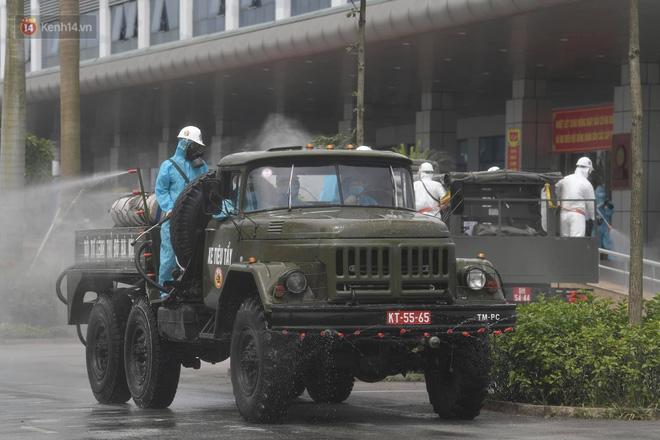 Ảnh: Quân đội tổng lực phun khử khuẩn, tiêu độc Bệnh viện Bệnh Nhiệt đới Trung ương cơ sở 2-14