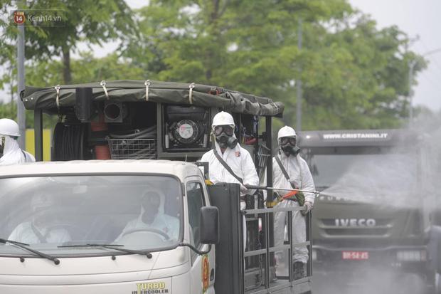 Ảnh: Quân đội tổng lực phun khử khuẩn, tiêu độc Bệnh viện Bệnh Nhiệt đới Trung ương cơ sở 2-15