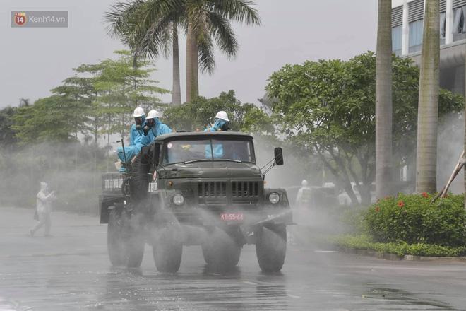 Ảnh: Quân đội tổng lực phun khử khuẩn, tiêu độc Bệnh viện Bệnh Nhiệt đới Trung ương cơ sở 2-19