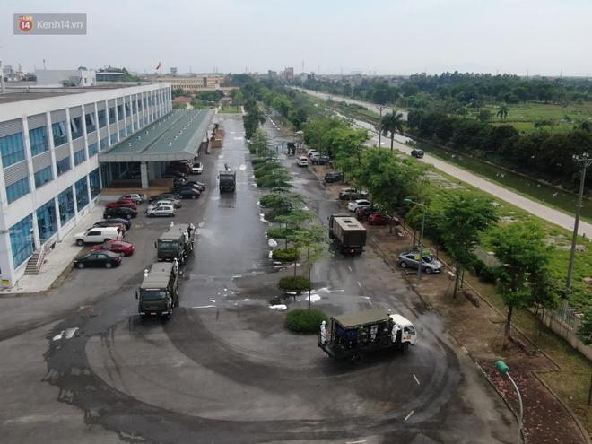 Ảnh: Quân đội tổng lực phun khử khuẩn, tiêu độc Bệnh viện Bệnh Nhiệt đới Trung ương cơ sở 2-5