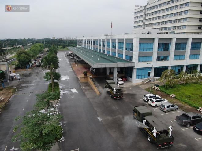 Ảnh: Quân đội tổng lực phun khử khuẩn, tiêu độc Bệnh viện Bệnh Nhiệt đới Trung ương cơ sở 2-6