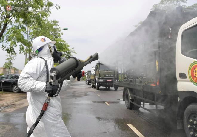 Ảnh: Quân đội tổng lực phun khử khuẩn, tiêu độc Bệnh viện Bệnh Nhiệt đới Trung ương cơ sở 2-7