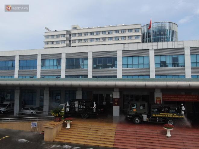 Ảnh: Quân đội tổng lực phun khử khuẩn, tiêu độc Bệnh viện Bệnh Nhiệt đới Trung ương cơ sở 2-9