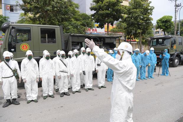 Ảnh: Quân đội tổng lực phun khử khuẩn, tiêu độc Bệnh viện Bệnh Nhiệt đới Trung ương cơ sở 2-20