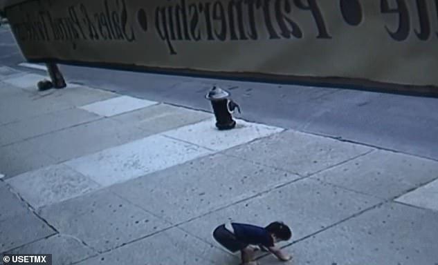 Bé trai 3 tuổi mắc hội chứng Down rơi từ tầng 5 xuống đất gây xôn xao cả khu phố, cảnh sát cũng vào cuộc điều tra-1