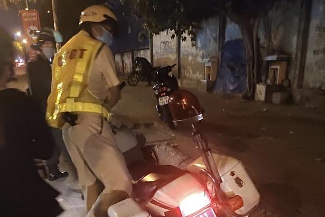 CSGT Tân Sơn Nhất xin lỗi, trả lại giấy tờ xe cho người dân-1