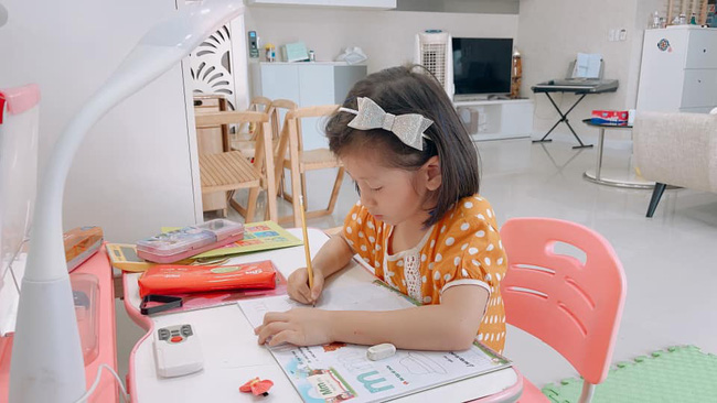 Trang Trần xin tư vấn cách nộp tiền cho con, nhìn học phí mà dân tình phát hoảng: Cao hơn cả trường bên Mỹ, bằng bố mẹ ở quê nuôi con 18 năm-4