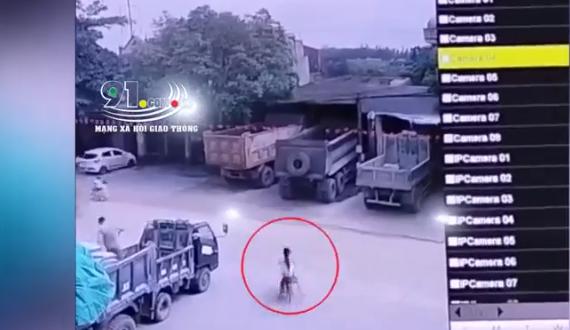 Kinh hoàng khoảnh khắc 2 bé gái đạp xe lao ra đường bị xe ben tông trực diện-1