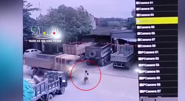 Kinh hoàng khoảnh khắc 2 bé gái đạp xe lao ra đường bị xe ben tông trực diện-2