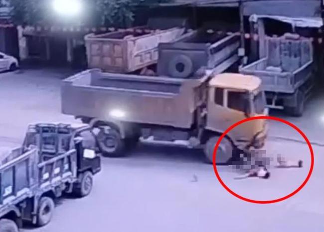 Kinh hoàng khoảnh khắc 2 bé gái đạp xe lao ra đường bị xe ben tông trực diện-3