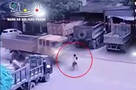 Kinh hoàng khoảnh khắc 2 bé gái đạp xe lao ra đường bị xe ben tông trực diện