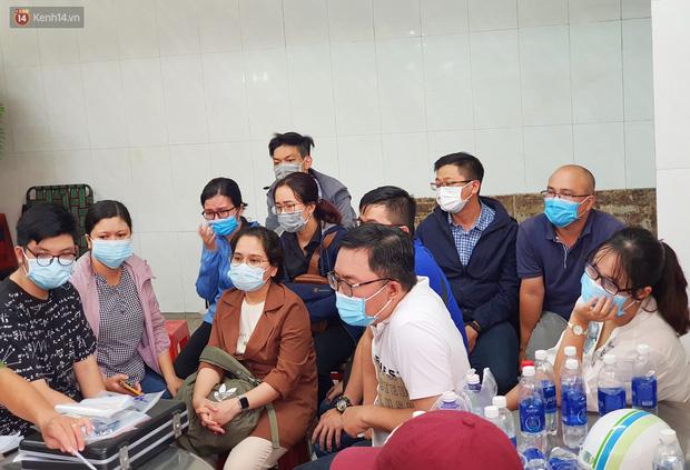 Người thân ngã quỵ, chờ đợi đón nhận 8 thi thể trong vụ cháy ở Sài Gòn: Thằng Đ. nó hẹn lên chơi ít bữa rồi về, vậy mà có về được nữa đâu-14