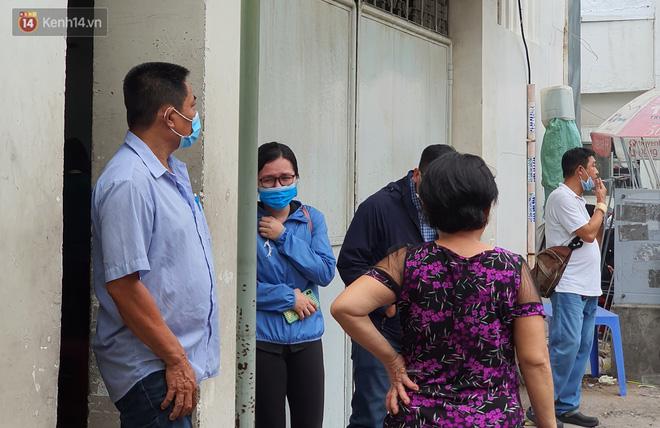 Người thân ngã quỵ, chờ đợi đón nhận 8 thi thể trong vụ cháy ở Sài Gòn: Thằng Đ. nó hẹn lên chơi ít bữa rồi về, vậy mà có về được nữa đâu-9
