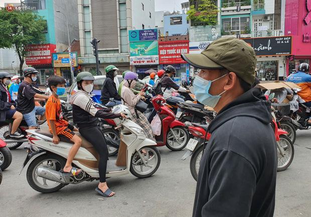 Người thân ngã quỵ, chờ đợi đón nhận 8 thi thể trong vụ cháy ở Sài Gòn: Thằng Đ. nó hẹn lên chơi ít bữa rồi về, vậy mà có về được nữa đâu-10