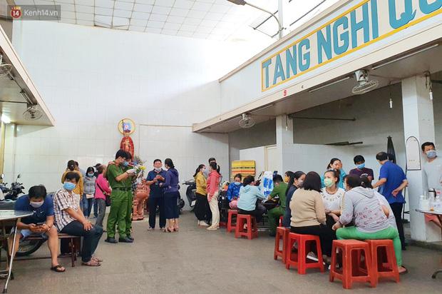 Người thân ngã quỵ, chờ đợi đón nhận 8 thi thể trong vụ cháy ở Sài Gòn: Thằng Đ. nó hẹn lên chơi ít bữa rồi về, vậy mà có về được nữa đâu-1