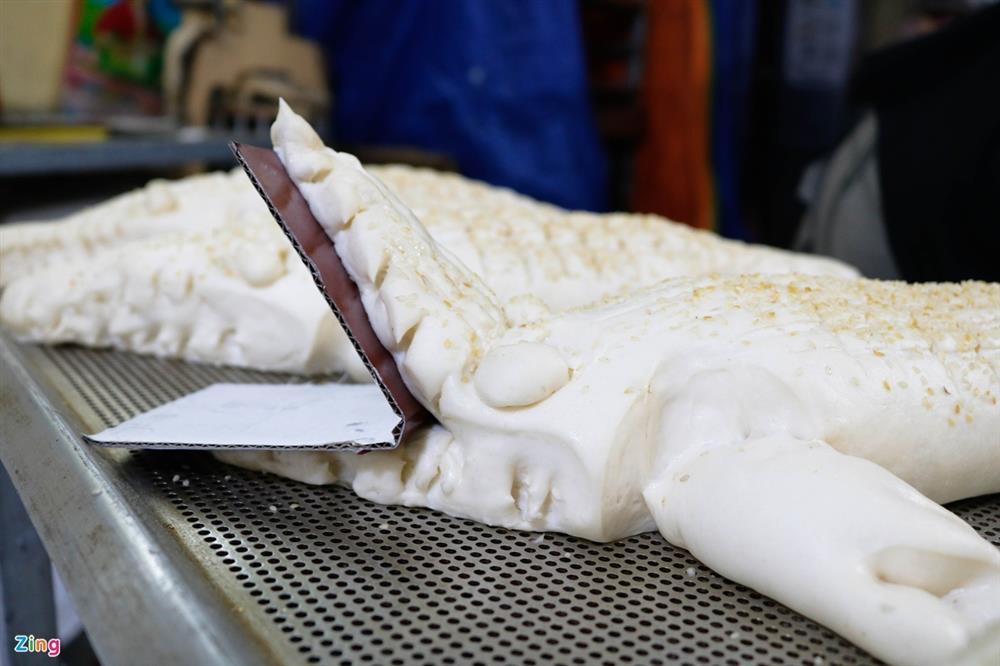 Bánh mì cá sấu khổng lồ độc đáo ở Sài Gòn-4