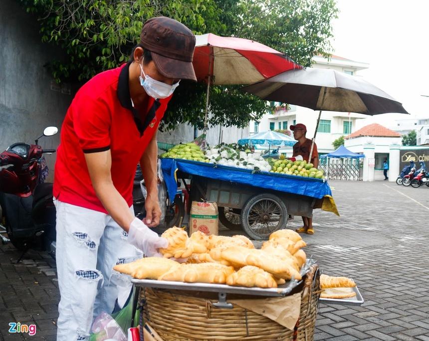 Bánh mì cá sấu khổng lồ độc đáo ở Sài Gòn-6