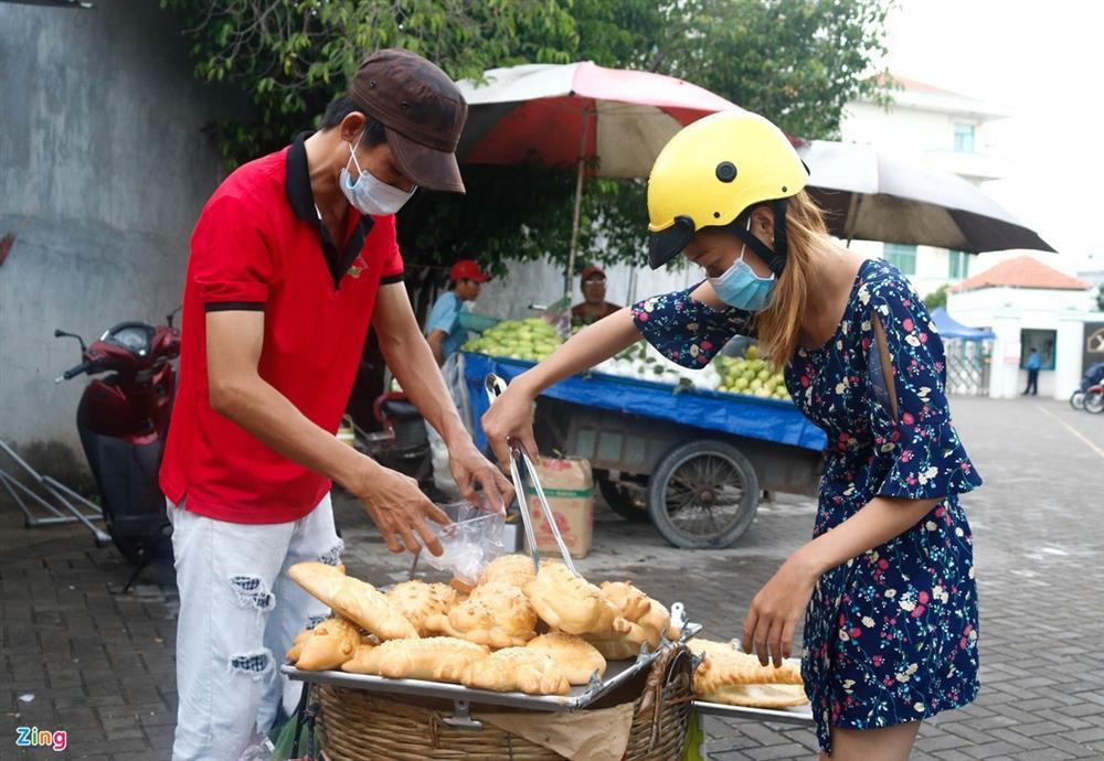 Bánh mì cá sấu khổng lồ độc đáo ở Sài Gòn-8
