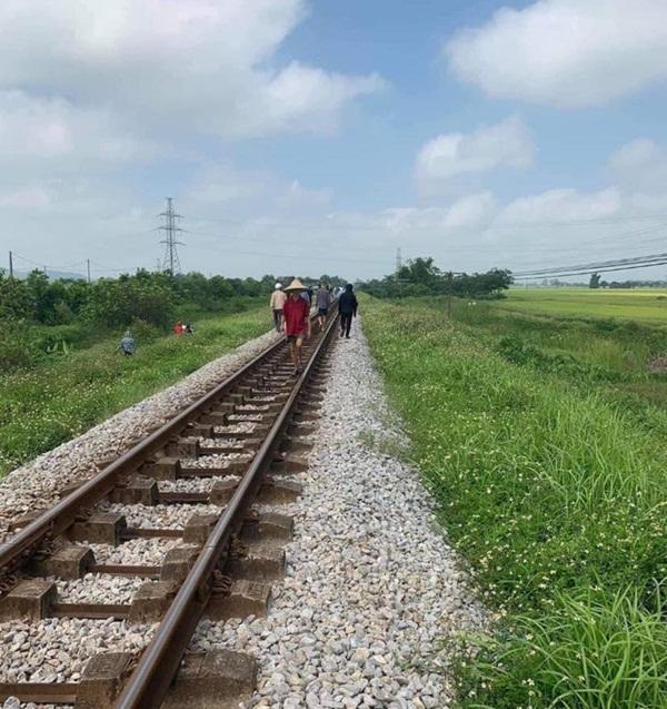 Vụ mẹ ôm con gái 7 tuổi lên đường ray lúc tàu sắp đến: Thi thể cháu bé có vết cắt sâu ở tay trái-2