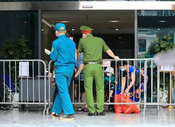 Hà Nội: Lập rào chắn, cách ly y tế tạm thời chung cư The Legacy sau ca dương tính với SARS-CoV-2-4