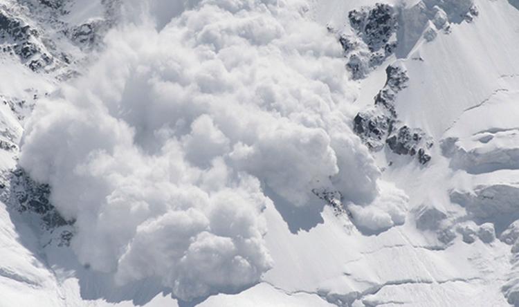 Hai mẹ con bị mắc kẹt trong băng tuyết, mạng sống của đứa con được cứu bằng hành động khó tưởng tượng này của người mẹ-4