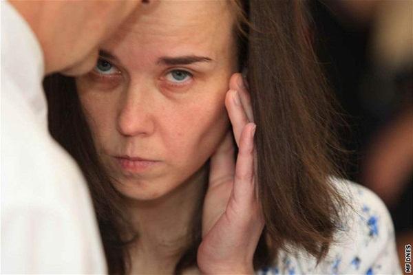 Cặp chị em đưa bé gái 12 tuổi về sống chung để cùng hành hạ các con, danh tính của đứa trẻ khi bị phanh phui khiến ai cũng run sợ-3