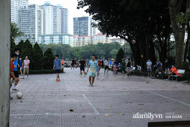 Hà Nội: Phớt lờ chỉ thị, công viên Bắc Linh Đàm vẫn đông nghịt người đá bóng, tập thể dục như chưa hề có dịch-2
