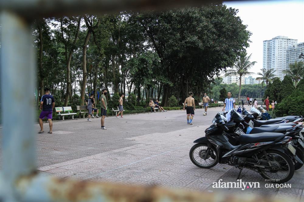 Hà Nội: Phớt lờ chỉ thị, công viên Bắc Linh Đàm vẫn đông nghịt người đá bóng, tập thể dục như chưa hề có dịch-3