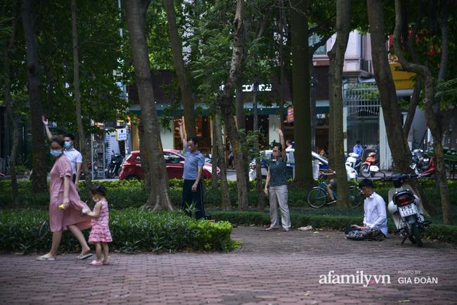 Hà Nội: Phớt lờ chỉ thị, công viên Bắc Linh Đàm vẫn đông nghịt người đá bóng, tập thể dục như chưa hề có dịch-4