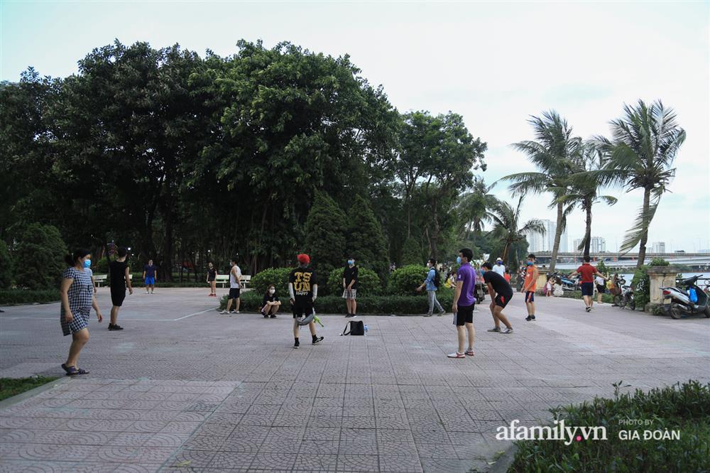 Hà Nội: Phớt lờ chỉ thị, công viên Bắc Linh Đàm vẫn đông nghịt người đá bóng, tập thể dục như chưa hề có dịch-7
