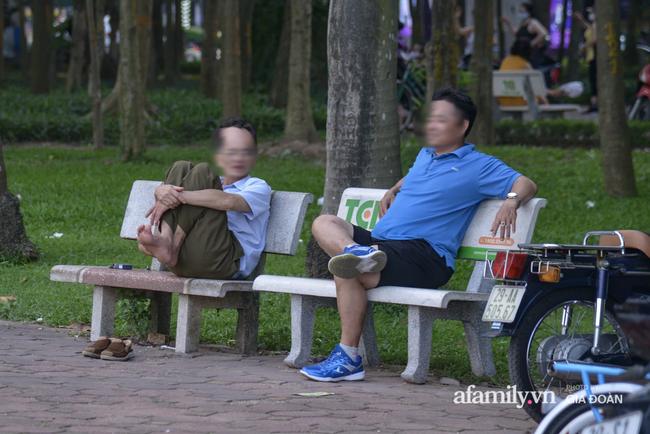 Hà Nội: Phớt lờ chỉ thị, công viên Bắc Linh Đàm vẫn đông nghịt người đá bóng, tập thể dục như chưa hề có dịch-5