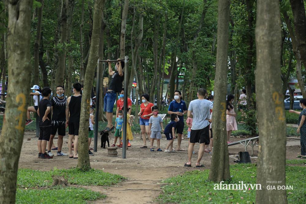 Hà Nội: Phớt lờ chỉ thị, công viên Bắc Linh Đàm vẫn đông nghịt người đá bóng, tập thể dục như chưa hề có dịch-8