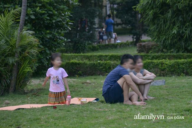 Hà Nội: Phớt lờ chỉ thị, công viên Bắc Linh Đàm vẫn đông nghịt người đá bóng, tập thể dục như chưa hề có dịch-6