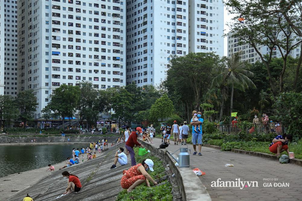 Hà Nội: Phớt lờ chỉ thị, công viên Bắc Linh Đàm vẫn đông nghịt người đá bóng, tập thể dục như chưa hề có dịch-9