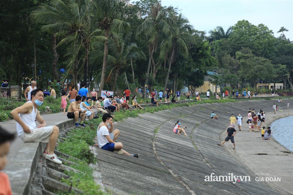 Hà Nội: Phớt lờ chỉ thị, công viên Bắc Linh Đàm vẫn đông nghịt người đá bóng, tập thể dục như chưa hề có dịch-10