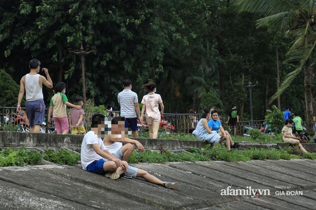 Hà Nội: Phớt lờ chỉ thị, công viên Bắc Linh Đàm vẫn đông nghịt người đá bóng, tập thể dục như chưa hề có dịch-11