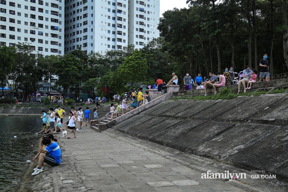 Hà Nội: Phớt lờ chỉ thị, công viên Bắc Linh Đàm vẫn đông nghịt người đá bóng, tập thể dục như chưa hề có dịch-12
