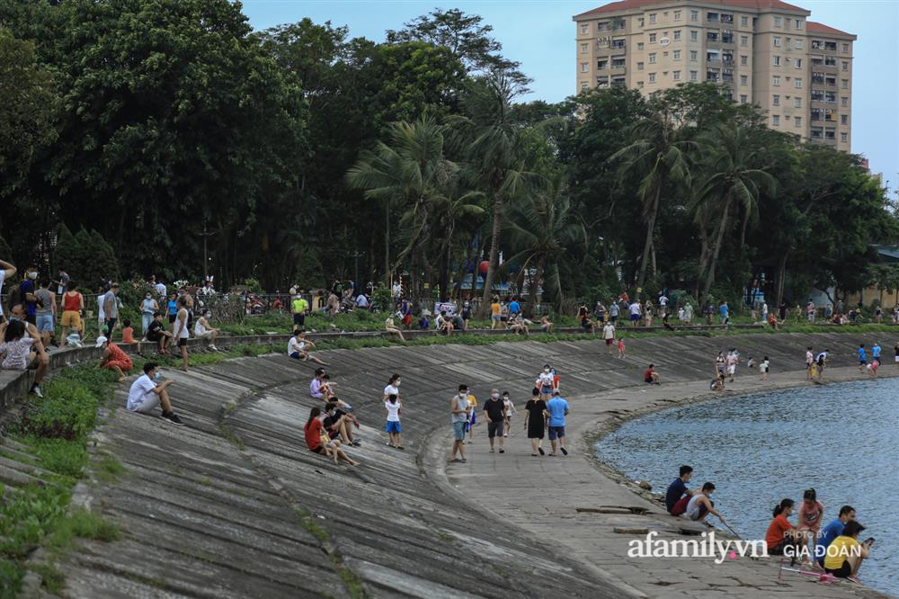 Hà Nội: Phớt lờ chỉ thị, công viên Bắc Linh Đàm vẫn đông nghịt người đá bóng, tập thể dục như chưa hề có dịch-13