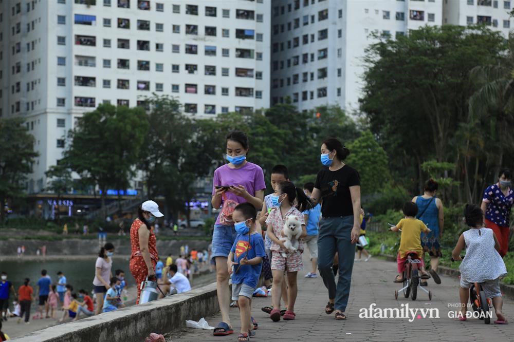Hà Nội: Phớt lờ chỉ thị, công viên Bắc Linh Đàm vẫn đông nghịt người đá bóng, tập thể dục như chưa hề có dịch-14