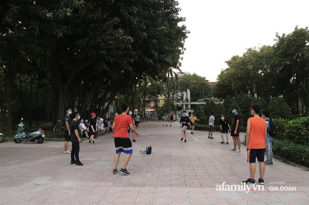 Hà Nội: Phớt lờ chỉ thị, công viên Bắc Linh Đàm vẫn đông nghịt người đá bóng, tập thể dục như chưa hề có dịch-16