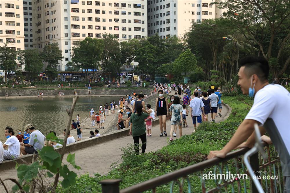 Hà Nội: Phớt lờ chỉ thị, công viên Bắc Linh Đàm vẫn đông nghịt người đá bóng, tập thể dục như chưa hề có dịch-17