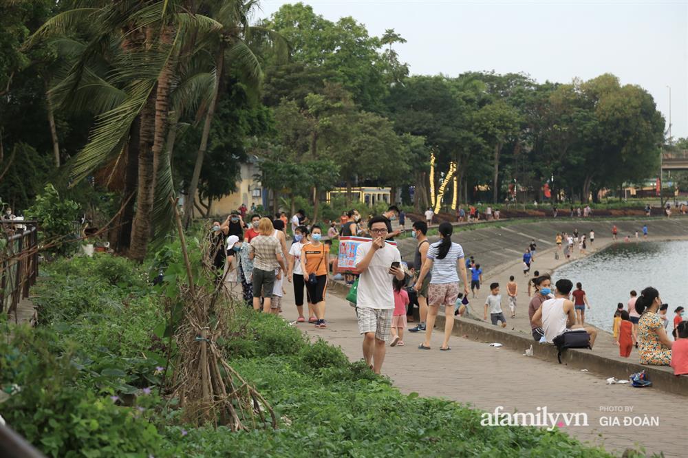 Hà Nội: Phớt lờ chỉ thị, công viên Bắc Linh Đàm vẫn đông nghịt người đá bóng, tập thể dục như chưa hề có dịch-18