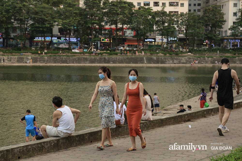 Hà Nội: Phớt lờ chỉ thị, công viên Bắc Linh Đàm vẫn đông nghịt người đá bóng, tập thể dục như chưa hề có dịch-19