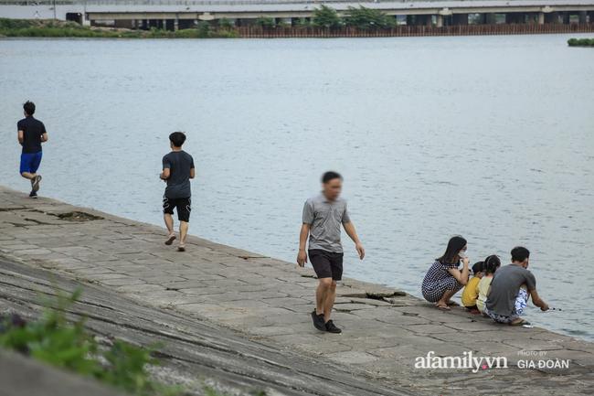 Hà Nội: Phớt lờ chỉ thị, công viên Bắc Linh Đàm vẫn đông nghịt người đá bóng, tập thể dục như chưa hề có dịch-15