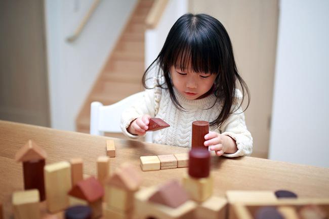 Muốn biết IQ của con mình có cao không, cha mẹ hãy quan sát 3 dấu hiệu của đứa trẻ có não phải phát triển dưới đây-3