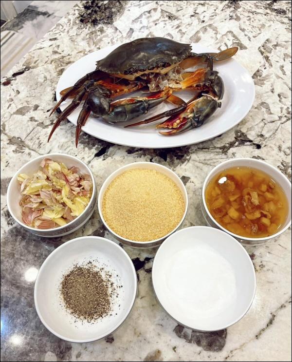 Khéo chiều vợ con, Đăng Khôi trổ tài vào bếp làm món cua sốt tiêu đen, lần đầu màxuất sắc chuẩn nhà hàng-5