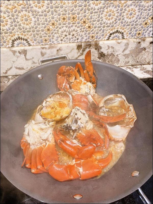 Khéo chiều vợ con, Đăng Khôi trổ tài vào bếp làm món cua sốt tiêu đen, lần đầu màxuất sắc chuẩn nhà hàng-7