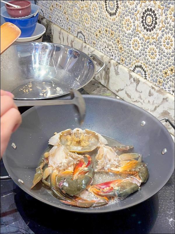 Khéo chiều vợ con, Đăng Khôi trổ tài vào bếp làm món cua sốt tiêu đen, lần đầu màxuất sắc chuẩn nhà hàng-6