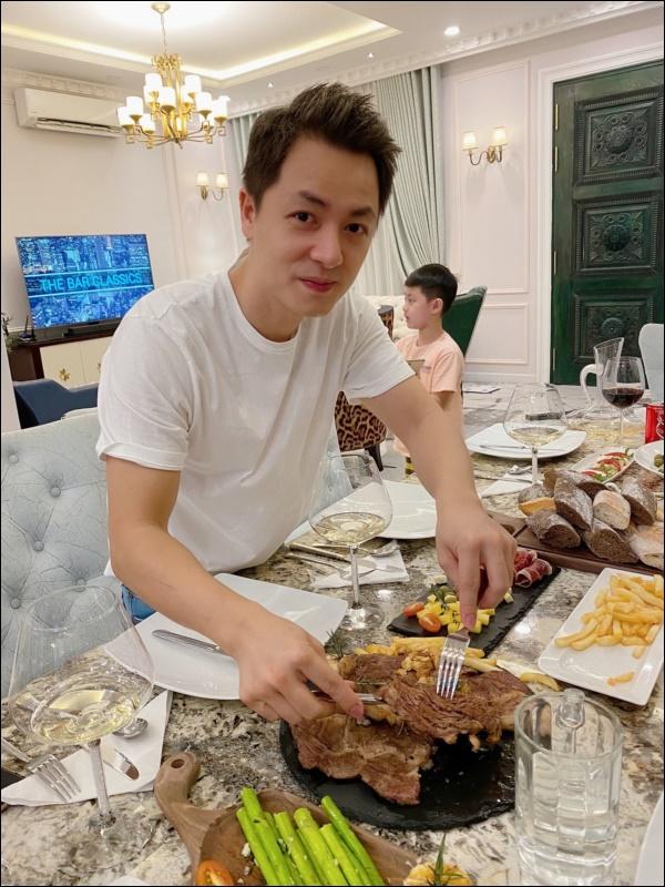 Khéo chiều vợ con, Đăng Khôi trổ tài vào bếp làm món cua sốt tiêu đen, lần đầu màxuất sắc chuẩn nhà hàng-1